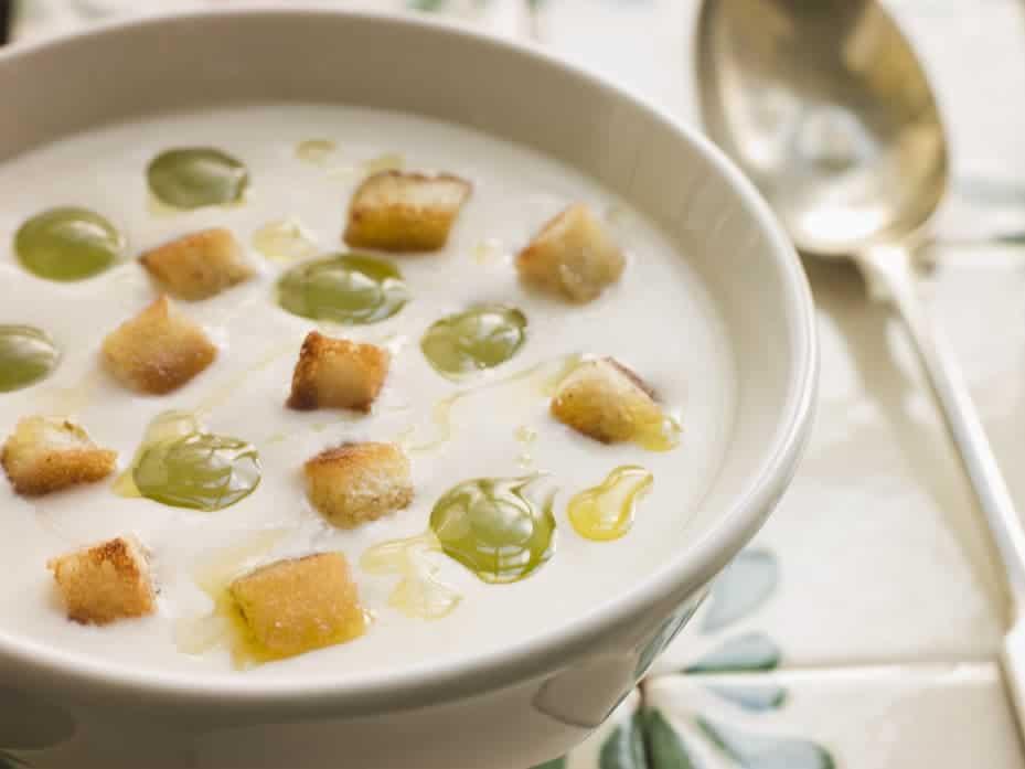 Leckere andalusische Gemüsesuppe Ajo Blanco - weiße Knoblauch-Mandel Suppe