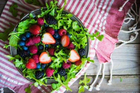 Bunte Gartensalate in Himbeeressig