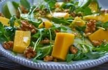 California Nudelsalat mit Mango, Rauke und Walnüssen