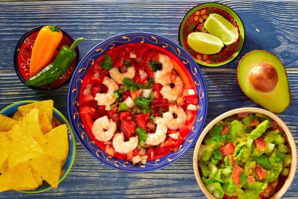 Leckere Fisch-Garnelen-Ceviche | Das peruanische Fischgericht mit Guacamole, Paprika, Nachos, Avocado und Limetten