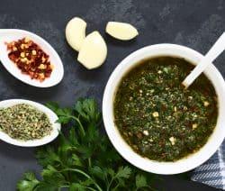 Aromatische Chimichurri mit frischer Petersilie, Knoblauch, Olivenöl, Paprikaflocken, Thymian, Oregano, Zwiebeln