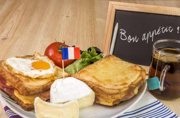 Leckeres französisches Frühstück mit Croque Madame, der französischen Variante des Sandwiches