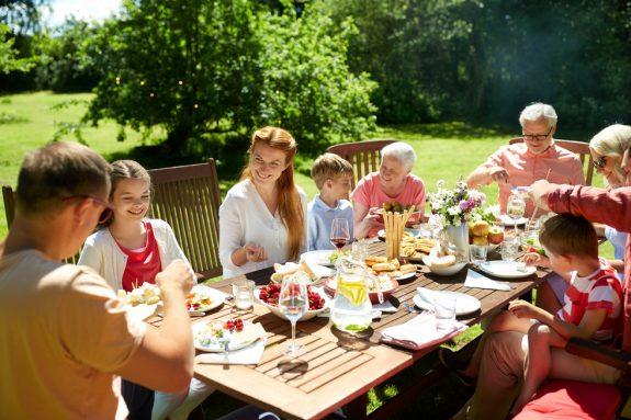 Gemütlicher Osterbrunch mit Familie und Freunden im Garten