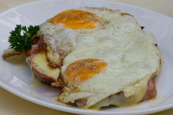 Fotzel-Schnitten: Armer Ritter mit Ei, Schinken, Tomaten und Käse