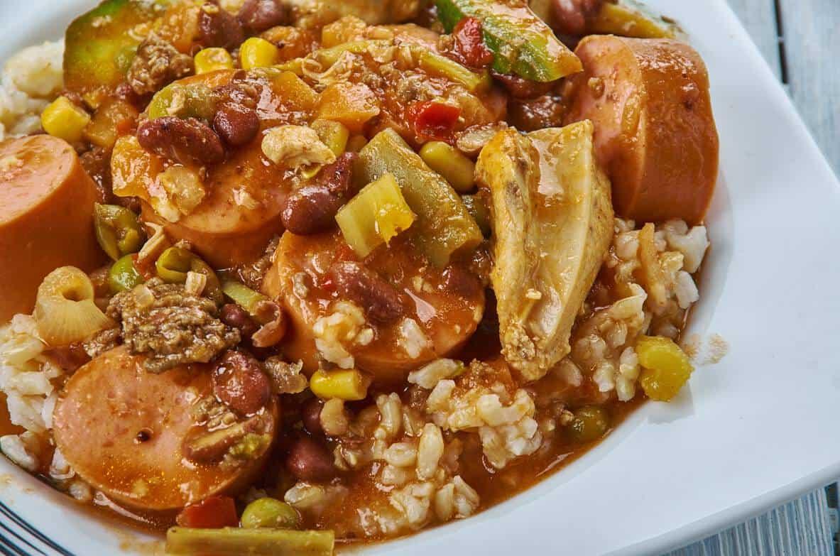 Gumbo, das leckere Eintopf-Gericht der Südstaaten-Küche mit geräucherten Würstchen und Gemüse