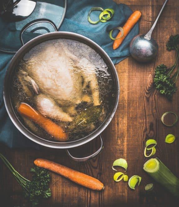 Hausgemachte Hühnerbrühe