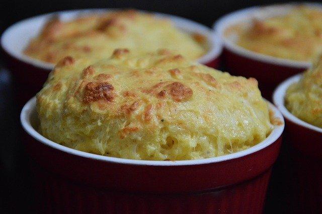Französisches Soufflé mit Käse überbacken in Förmchen