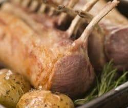 Leckeres Lammkarree (Lammknrone) mit Kartoffeln und Rosmarin in Bräter geschmort