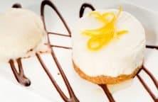 Mousse au Chocolat Rezept mit Orangenschale dekoriert