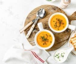 Cremige Orangen-Möhren-Suppe mit Sesam
