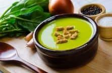 Leichte Zucchini-Cremesuppe mit Schmelzkäse und Basilikum, verfeinert mit Croutons