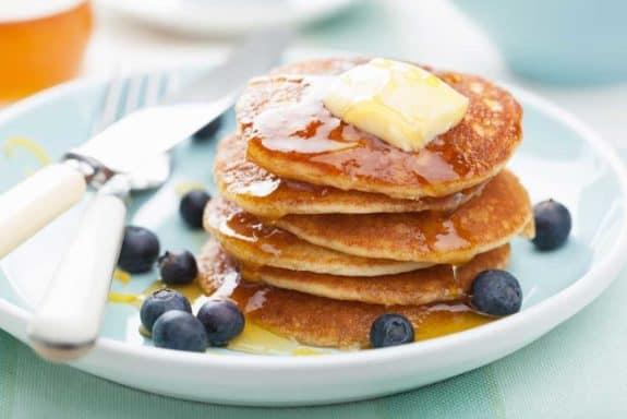 American Pancakes serviert mit Sirup auf einem weissen Teller
