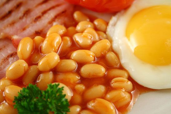 Nahaufnahme von tomattierten Bohnen, Speck und Ei