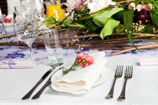 Gedeckter Tisch eines Hochzeitsmenüs