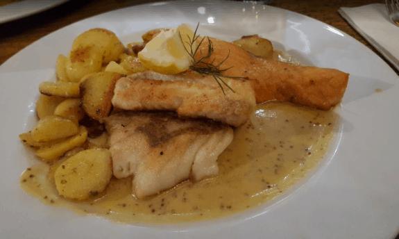 Hamburger Pannfisch mit Senfsose und Bratkartoffeln