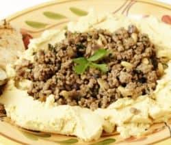 Hamshuka, Hummus und Lamm auf Teller angerichtet