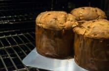 Frisch gepackene Panettone im Ofen
