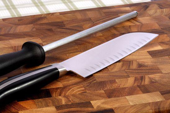 Küchenmesser auf einem Holzbrett
