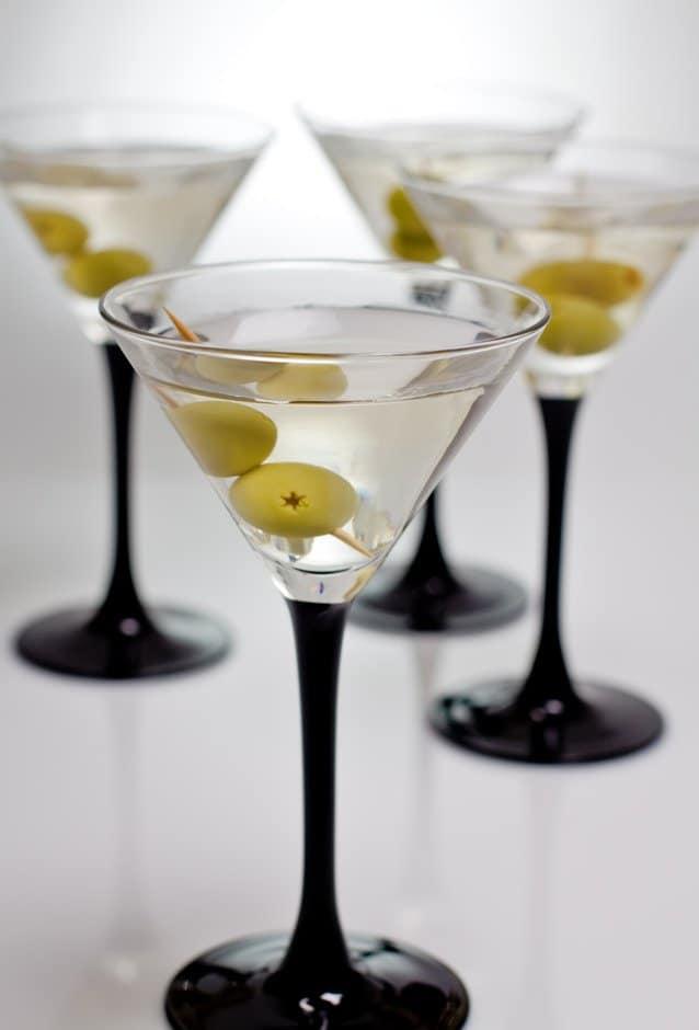 Hohes Stilglas mit Martini und Olive