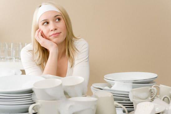 Junge Frau in der Küche, frustriert vom Weihnachtsessen