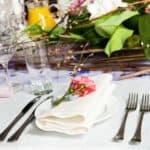 Einfache Tischdeko mit Blumen