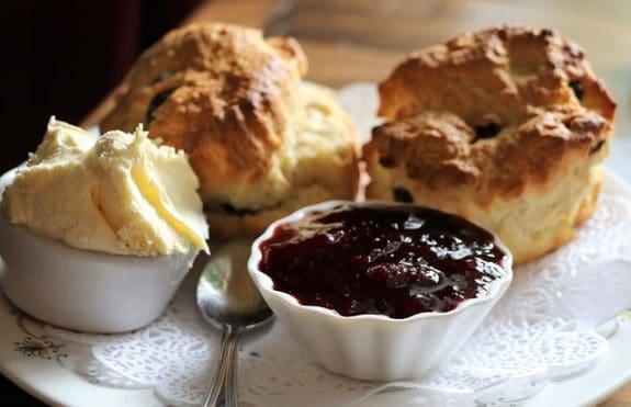 Englischer Nachmittags-Tee-Klassiker Scones, dazu Marmelade und Clotted Cream