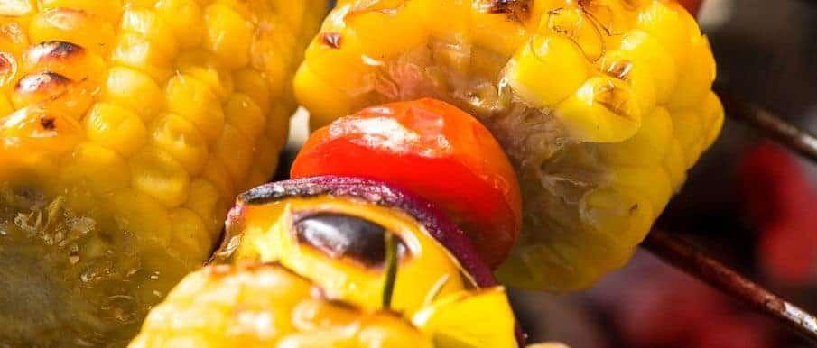 Maiskolben gegrillt, mit Chili – Tomaten – Kräuterdipp