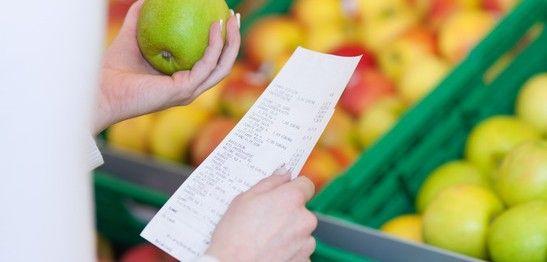 Frau im Supermarkt prüft Obst