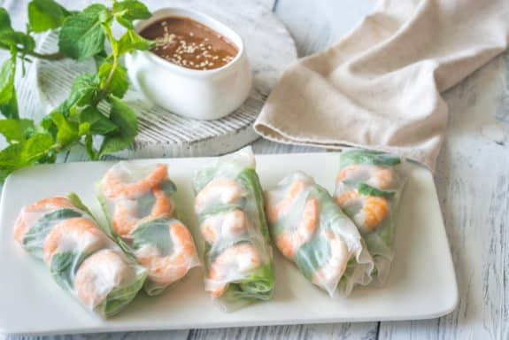 Herzhaft-süßer Erdnussbutter-Dip zu vietnamesischen Sommerrollen